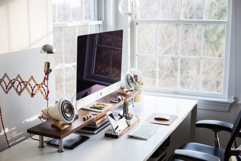 mobilier pentru birou la geam